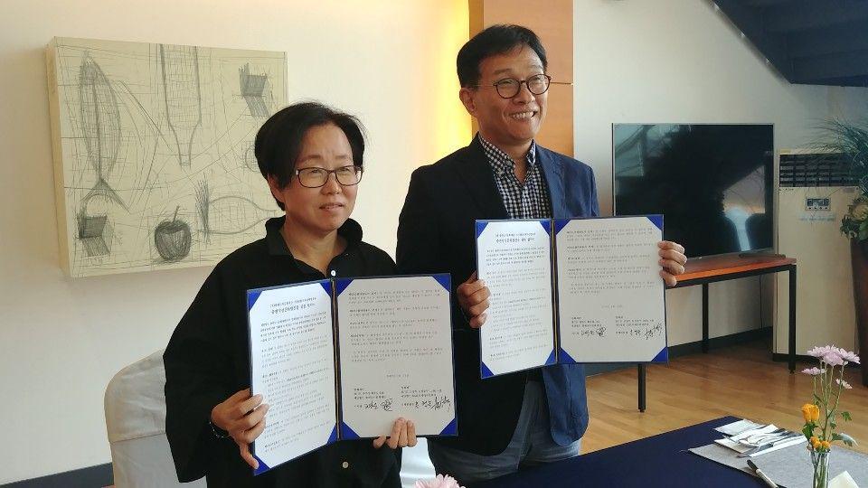 홍형숙 DMZ국제다큐멘터리영화제 집행위원장(왼쪽)과 고영은 출판문화재단 이사장(오른쪽)