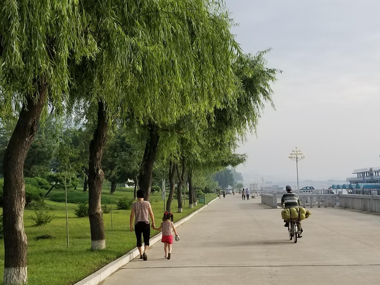 대동강변 낚시하는 노인