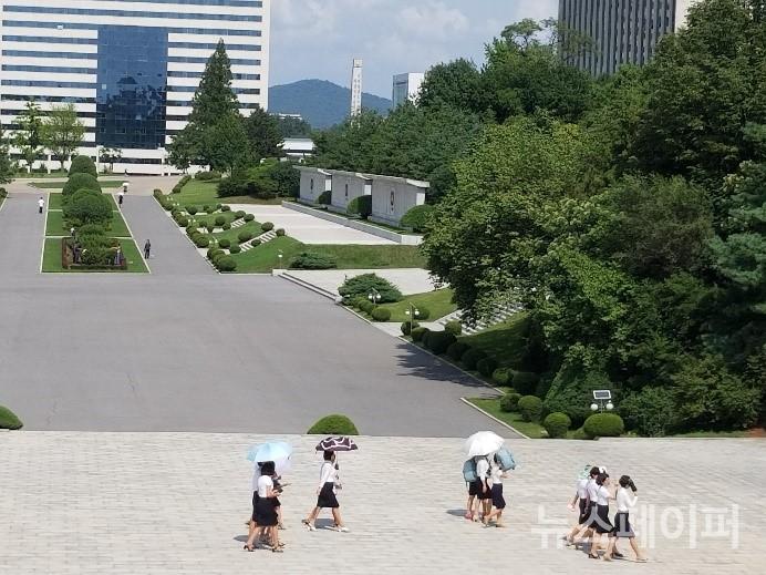 삼삼오오 양산을 쓰고 다니는 김일성대학 여학생들